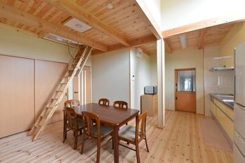 自然素材と吹き抜けの家